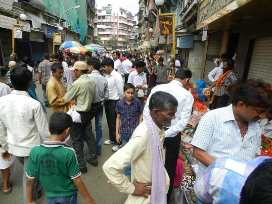 Mumbadevi Temple: The crowded alley/road where the temple is located