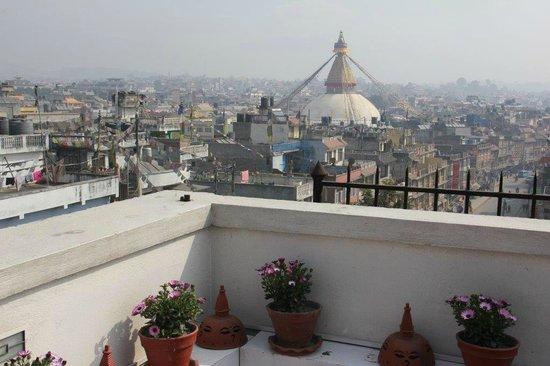 Hotel Tibet International: Blick von der Hotel-Terrasse zur Boudhanath Stupa