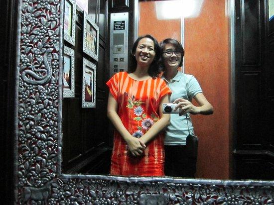 Sirinart Garden Hotel : Inside the elevator... silver-gilded mirror!