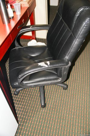 Comfort Inn: Chair was torned.