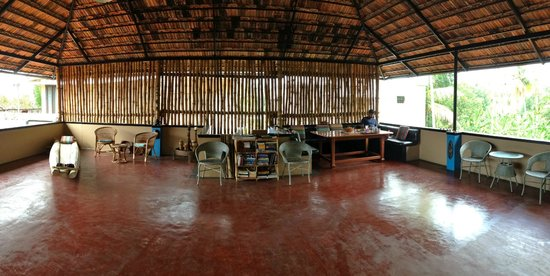 Kaiya House: Panoramic view of the roof terrace, also where we have our breakfast every morning.