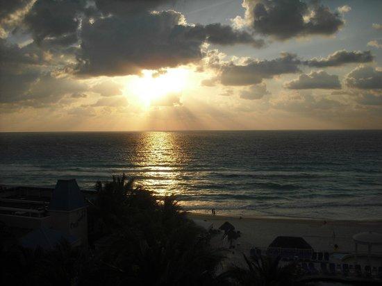 Golden Parnassus All Inclusive Resort & Spa Cancun: Lever de soleil vue chambre