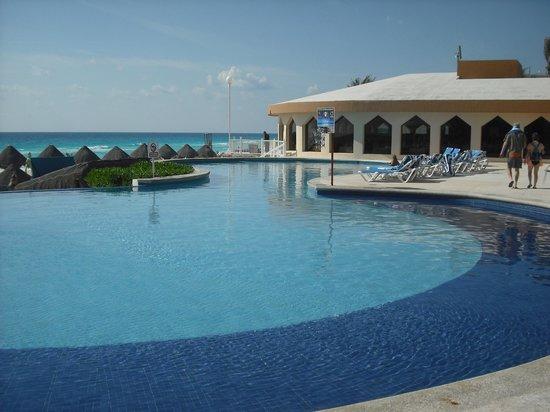 Golden Parnassus All Inclusive Resort & Spa Cancun: Piscine