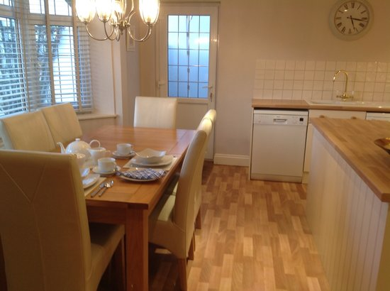 Number 30 Bed and Breakfast : Lovely kitchen diner to enjoy your full English breakfast