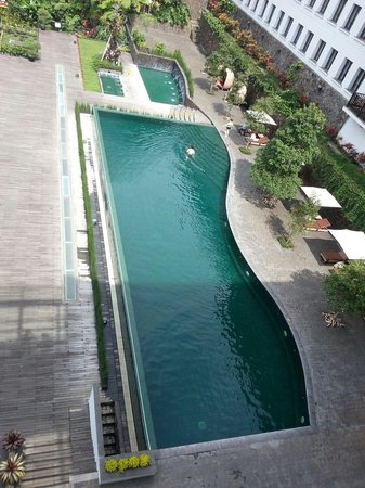 Padma Hotel Bandung: Swimming pool from the lobby area...