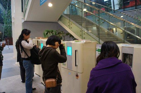 Guangzhou Library : Increible!!! Tienen maquinas para esterilizar libros!!!!