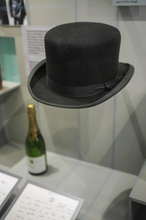 Churchill War Rooms : top hat and Champagne
