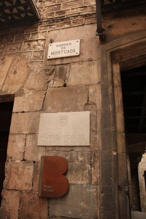 Museo Picasso : Museum entrance at Montcada street