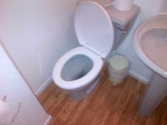 Inglewood Seafront Hotel: Toilet too close to wall
