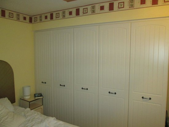 Morpeth Court Luxury Serviced Apartments: Master b/room closets