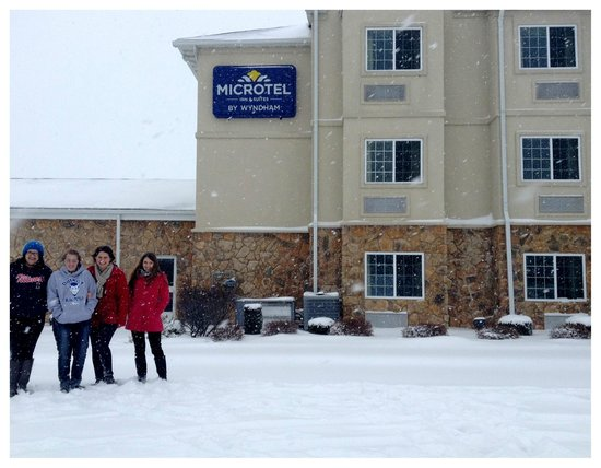 Microtel Inn & Suites by Wyndham Quincy: lots os snow outside - We love it!