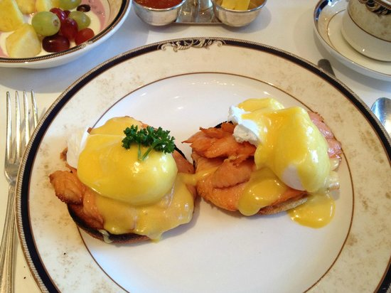 Hayfield Manor Hotel: Eggs benedict with smoked salmon for breakfast - fantastic!
