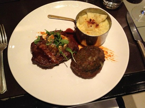 Hayfield Manor Hotel: Delicious steak at Perrots restaurant in the hotel