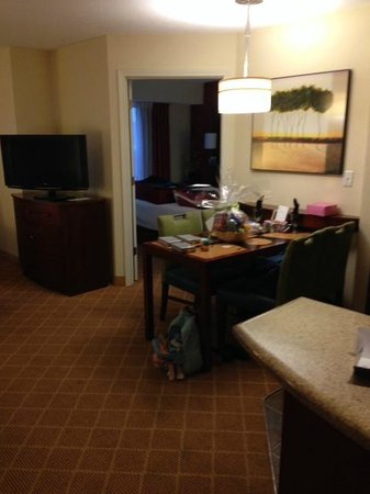 Residence Inn Dothan: Very spacious living area