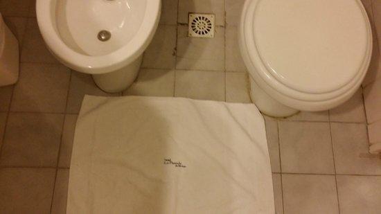 La Posada de Madryn: ceramicos rotos del piso del baño