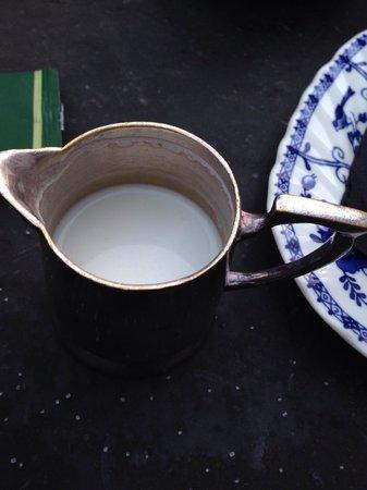 Ferilli's at The College: Creen normal, pedir un te, y que traigan la lechera sucia, y con la leche enganchada de otro ser