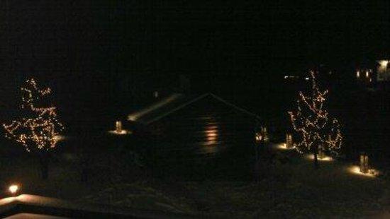 Hotel Buntali: Night time garden view