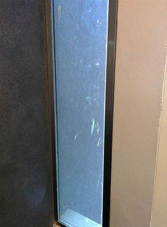 The Houben Hotel ( Adult Only ) : les vitres dégueulasses de notre chambre