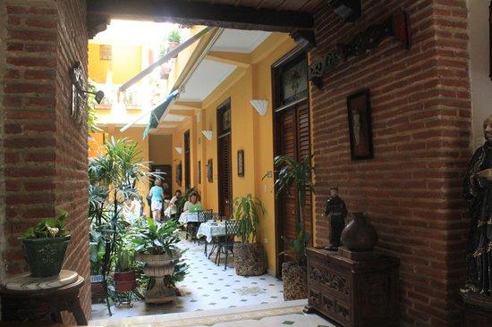 Casa La Fe - a Kali Hotel: Vista para o jardim interno e área do café da manhã (a partir da recepção)