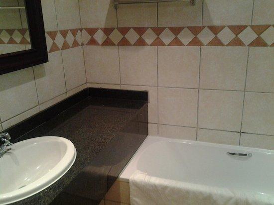 Champagne Sports Resort : main bathroom