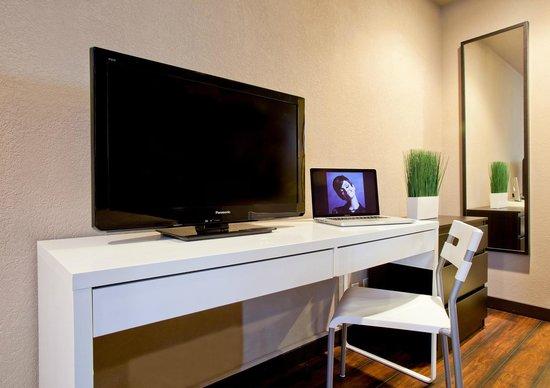 Alura Inn: Flat screen TV wtih writing desk