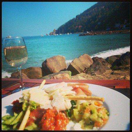 Marco Polo : Assiette italienne, sur fond de Mer turquoise et colline verdoyante