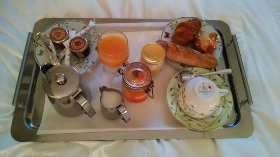 Hotel Balmoral : A luxurious breakfast in bed.
