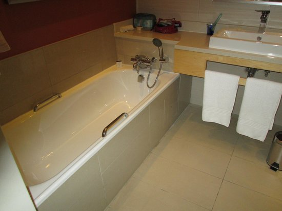 Masa Square Hotel: Tub