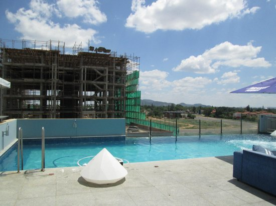 Masa Square Hotel : Roof-top pool