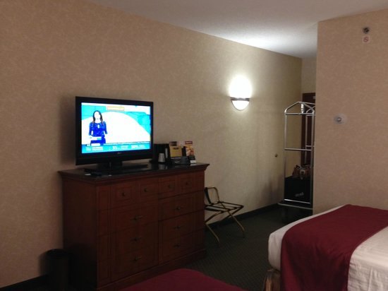 Drury Inn & Suites West Des Moines: Nice television and fridge, microwave, coffee maker
