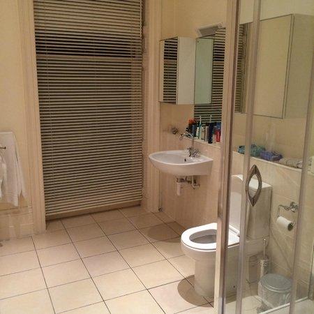 Hadleigh Hotel: stort badrum