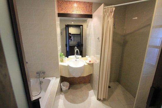 Baan Suwantawe: angenehmes sauberes Bad mit Dusche UND Wanne