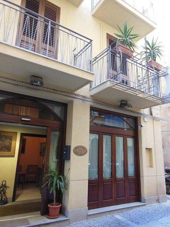Hotel La Giara : Front Entrance La Giara, Cefalu