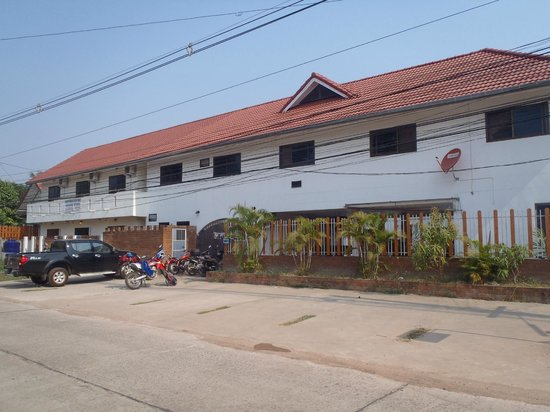 The Englishman's Retreat Guesthouse & Resort: Front of the building - Entrance where scooters are parked