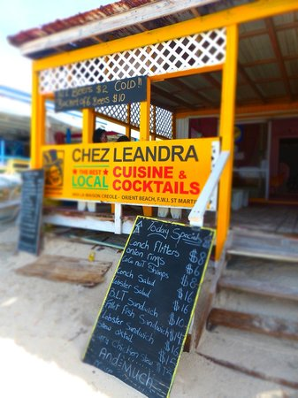 Chez Leandra : Dine outside for a view of the beach