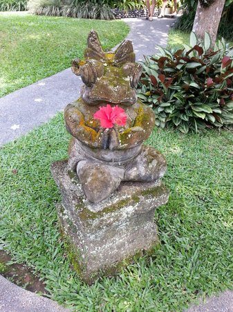 Sri Ratih Cottages: little statue in the garden