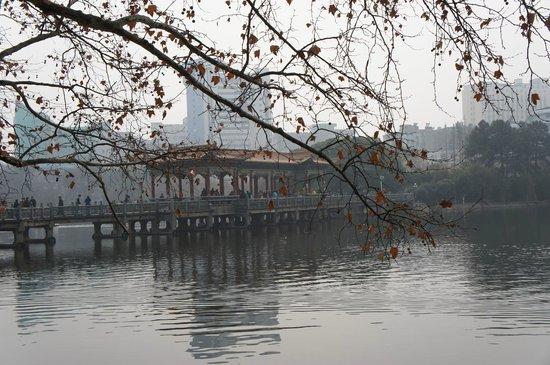 Nanchang Bayi Square : lago en bayi park
