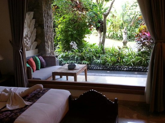 Sri Ratih Cottages: View overlooking the garden from the room