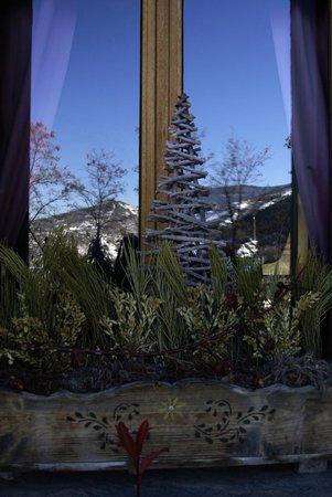 Gite San Feliu : montagnes se reflétant sur les fenêtres