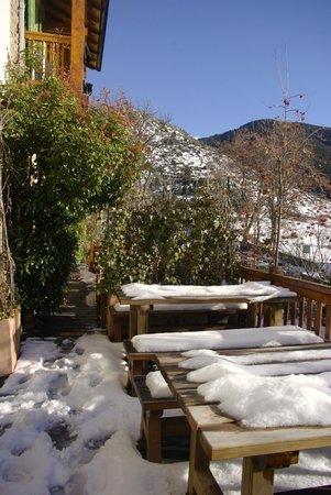 Gite San Feliu : thé face à la vue …après avoir enlevé la neige des tables