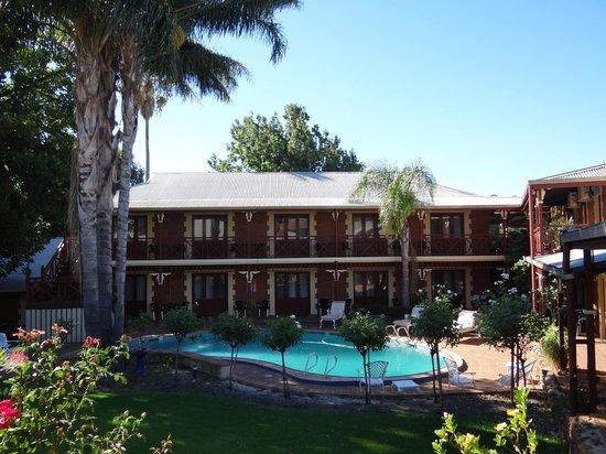 Heritage Country Motel : The courtyard with swimming pool at the Heritage Country Inn