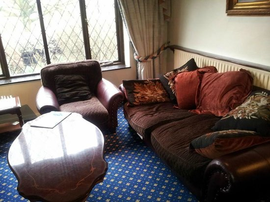 Damson Dene Hotel: comfy settees in the lounge area