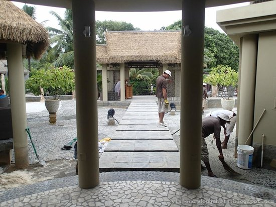 Le Domaine de L'Orangeraie: Imagine what is to take a vacation and come hear the noise of stone, gravel and stone masons?