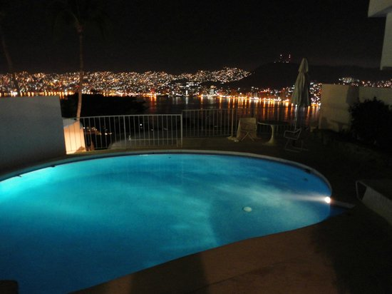 Las Brisas Acapulco: Nght view from our Room/Pool