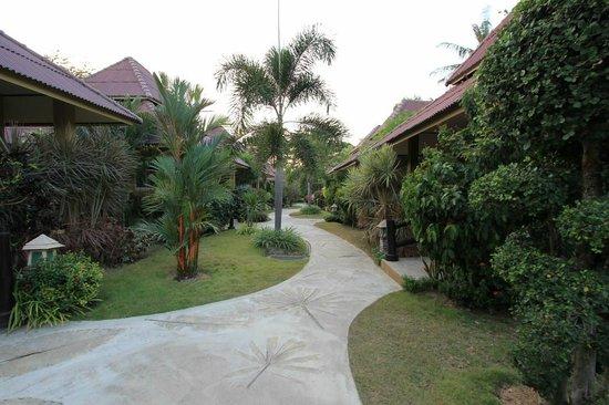 Lanta Castaway Beach Resort: Weg in Richtung Straße