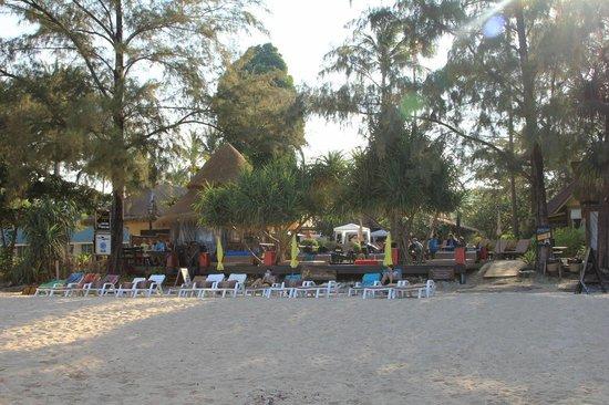 Lanta Castaway Beach Resort: Strand am Morgen (Schatten!)