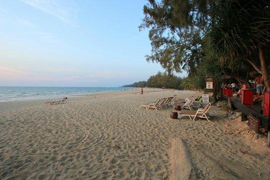 Lanta Castaway Beach Resort: Strand vor dem Castaway