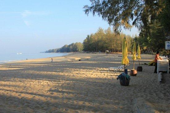 Lanta Castaway Beach Resort: Stran am Morgen vor dem Castaway