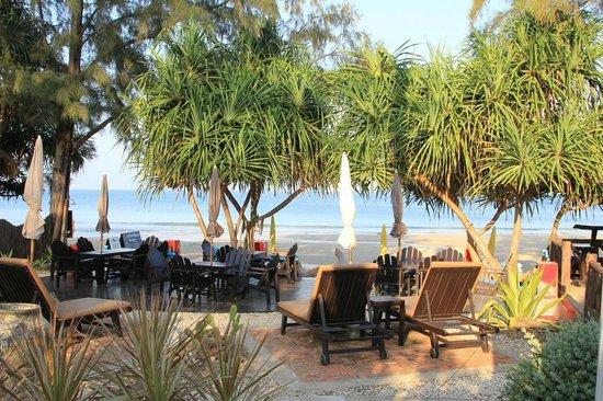 Lanta Castaway Beach Resort: Blick von der Terrasse zum Strand