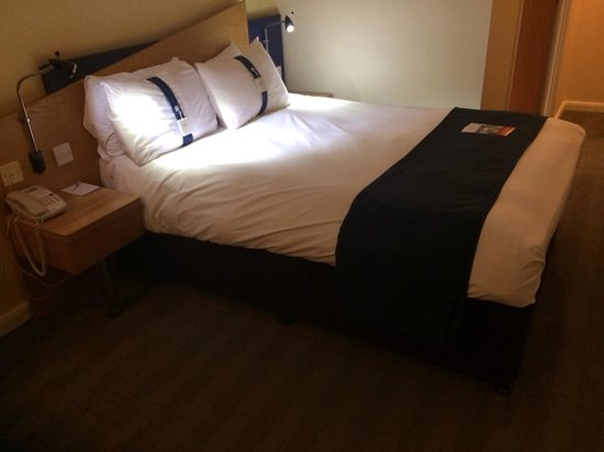 Holiday Inn Express Swansea East: Bed